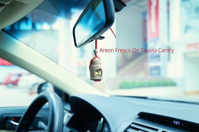 Ảnh chụp tinh dầu treo xe Areon trên xe Toyota Camry