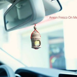 Ảnh chụp tinh dầu treo xe Areon trên xe Mercedes C200