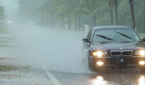 Cách xử lý kính mờ, gương nhòe khi đi ô tô trời mưa