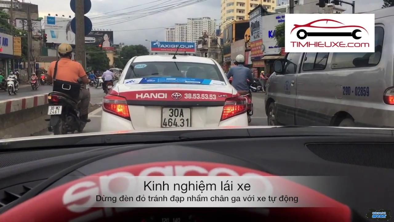 ô tô dừng đèn đỏ